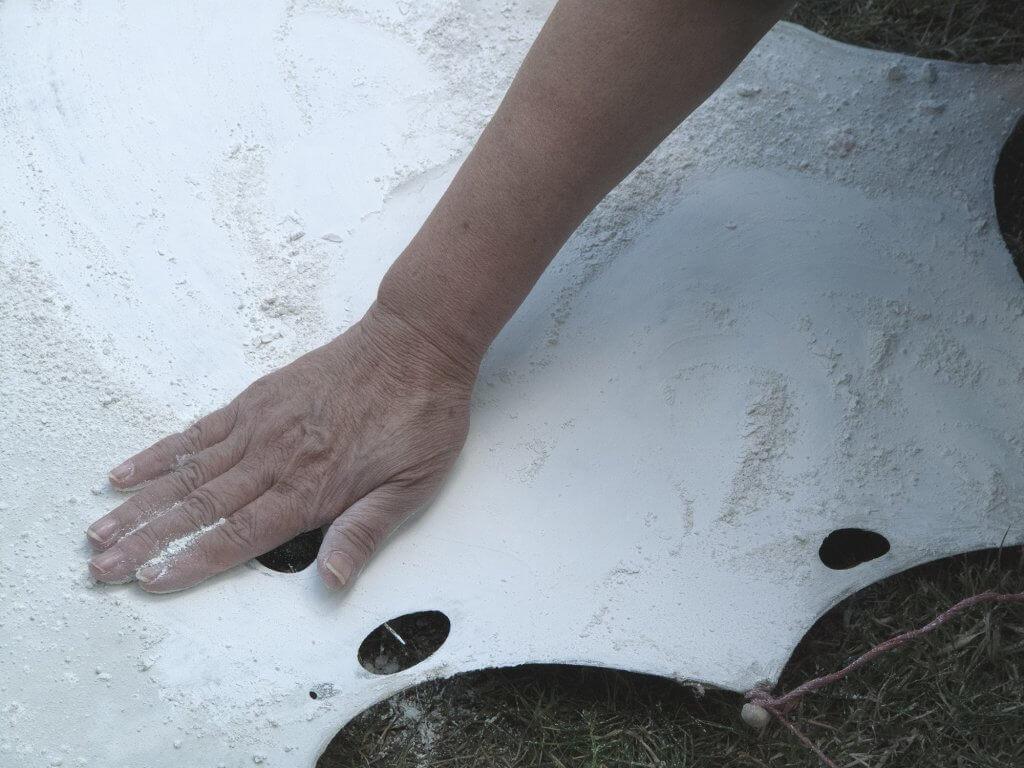 Hand rubing chalk